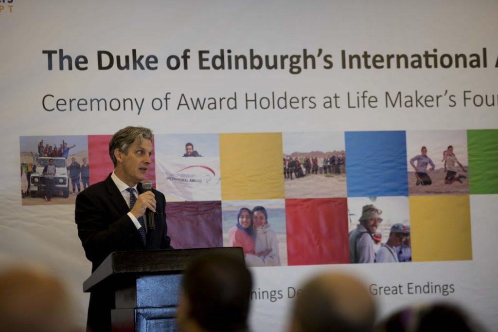السفير البريطاني لدى مصر السير جيفري آدمز- يلقي كلمته خلال حفل تكريم 48 مشاركًا من الحاصلين على جائزة التميز دوق أدنبرة